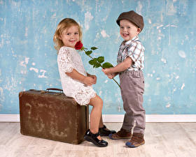 Обои Розы Любовь Мальчики Девочки Двое Улыбка Чемодан Кепка Платье Дети фото