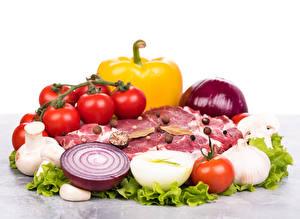 Картинки Мясные продукты Овощи Помидоры Лук репчатый Перец Белом фоне Еда