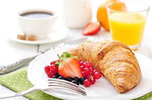 Фото Круассан Клубника Вилка столовая Тарелка Завтрак Еда