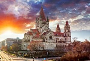Картинки Австрия Храмы Небо Вена Уличные фонари Облака Башня Mexikoplatz