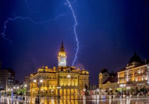 Обои Дома Небо Сербия Улица Ночь Уличные фонари Молния Городская площадь Novi Sad Города фото