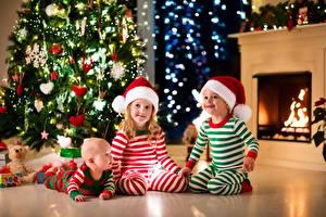 Фотография Рождество Втроем Мальчишка Девочки Младенцы Шапки Улыбка Новогодняя ёлка Камин Дети