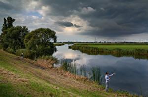 Обои для рабочего стола Нидерланды Реки Вечер Ловля рыбы Облака Туч Nauerna Природа