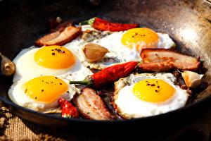 Обои Мясные продукты Перец Чеснок Яичница Завтрак Сковородка Еда фото