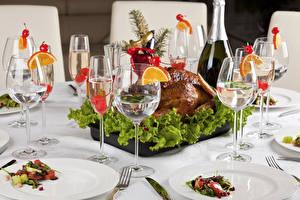 Обои Сервировка Курица запеченная Праздники Шампанское Бокалы Тарелка Стол Еда фото