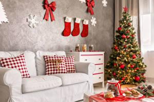 Обои Праздники Новый год Интерьер Елка Дизайн Диван Подушки Носки Шарики Снежинки Стена фото
