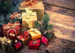 Картинки Рождество Праздники Подарки Шарики Шишки Доски