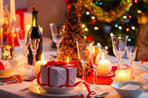 Обои Праздники Новый год Сервировка Шампанское Свечи Бутылка Подарки Бокалы Стол Еда фото