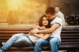 Фотографии Любовь Влюбленные пары Мужчина Обнимает Скамейка Джинсы Сидит девушка