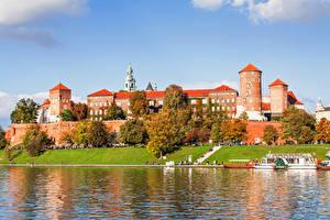 Обои Польша Реки Замки Осень Побережье Краков Деревья Wawel Royal Castle Города фото