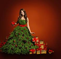 Обои Новый год Шатенка Платье Елка Подарки Шарики Бантик Девушки фото