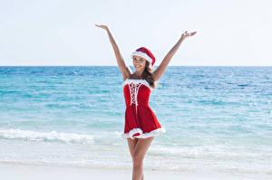 Обои Новый год Море Шатенка Униформа Шапки Руки Платье Девушки фото