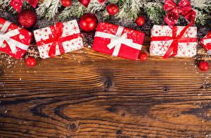 Картинка Праздники Рождество Ветки Шарики Подарки Бантик Шаблон поздравительной открытки Доски