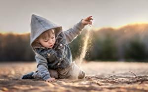 Фотографии Мальчики Капюшон Песок Пляж Куртка Дети