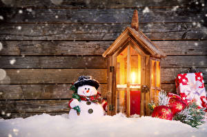 Фотография Праздники Рождество Свечи Снеговика Подарков Снег Шарики Шляпа Доски