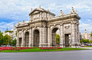 Картинки Испания Скульптуры Мадрид Газон Арка Города
