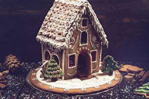 Картинки Выпечка Рождество Дома Печенье Корица Пряничный домик Елка Шишки Еда