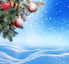Фотография Праздники Рождество Ветки Шарики Снег Снежинки Шишки
