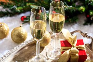 Обои Новый год Игристое вино Бокалы Подарки Шарики Продукты питания