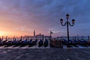 Фотографии Лодки Италия Вечер Уличные фонари Венеция Набережная Города