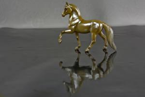 Обои Лошади Игрушки 1ZOOM Золотой Отражение фото