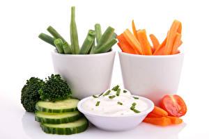 Обои Овощи Морковь Огурцы Белый фон Нарезанные продукты Пища