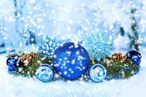 Картинки Праздники Новый год Шарики Ветки Шишки Снежинки
