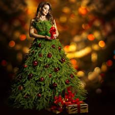 Картинка Рождество Свечи Шатенка Новогодняя ёлка Платье Подарки Шарики Девушки
