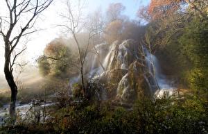 Обои Франция Водопады Осень Туман Скала Деревья Larnas Природа фото