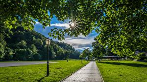Картинки Хорватия Парки Загреб Уличные фонари Лучи света Трава Тротуар Samobor Природа