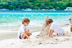 Фотографии Пляж Мальчики 2 Песок Ребёнок