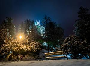 Картинка Хорватия Зима Замок Снеге Ночь Деревьев Уличные фонари Скамья Trakoscan Castle Природа