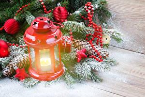 Фотографии Праздники Рождество Свечи На ветке Снеге Шишки Доски Фонарь