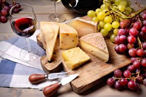Обои Сыры Виноград Вино Бокалы Разделочная доска Еда фото