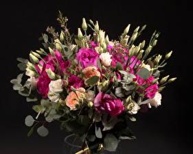 Фото Букеты Розы Эустома Черный фон Бутон Цветы