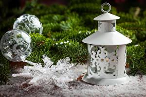 Обои Праздники Новый год Ветки Шарики Снежинки Фонарь фото