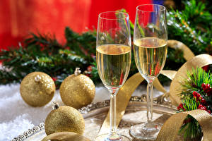 Фото Новый год Игристое вино Шарики Бокалы Двое Продукты питания