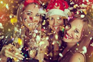 Обои Новый год Праздники Шампанское Бокалы Шапки Улыбка Трое 3 Взгляд Конфетти Девушки фото