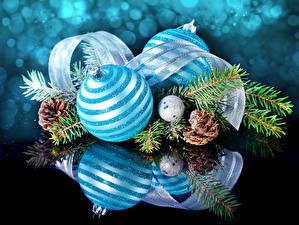 Обои Праздники Новый год Шарики Ветки Лента Шишки Голубой Отражение фото