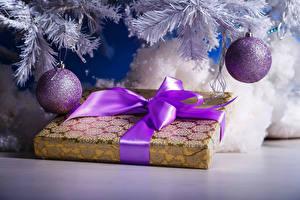 Обои Праздники Новый год Ветки Шарики Подарки Бантик Лента фото