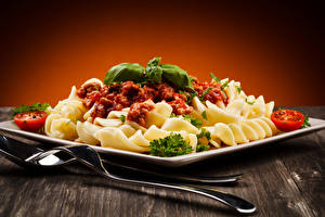 Обои Вторые блюда Макароны Кетчуп Ложка Вилка Тарелка Еда фото