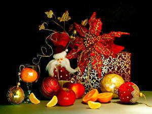 Обои Праздники Новый год Яблоки Цитрусовые Шарики Подарки Черный фон фото