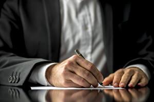 Фотографии Руки Шариковая ручка Пальм Лист бумаги Костюм Бизнес contract