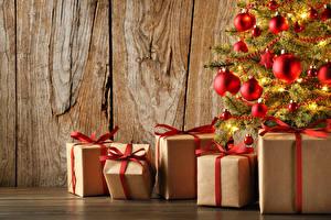Обои Праздники Новый год Доски Елка Шарики Подарки фото