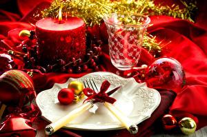 Обои Новый год Сервировка Нож Свечи Тарелка Вилка Шарики Бокалы Бантик Еда фото