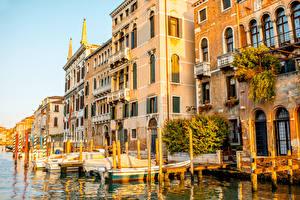 Картинки Италия Дома Пристань Лодки Венеция Водный канал