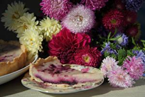 Обои Астры Натюрморт Пирог Тарелка Кусок Цветы фото