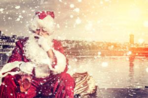 Обои Праздники Новый год Виски Дед Мороз Шапки Униформе Снежинки Сигарой Очки Бутылка