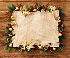 Обои Праздники Новый год Шаблон поздравительной открытки Ветки Шарики Доски Шишки Лист бумаги фото