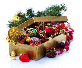 Обои Праздники Новый год Коробка Ветки Шишки Шарики фото